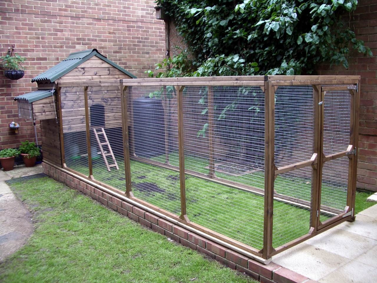Hobby chicken make chicken coop predator proof must see for Chicken enclosure ideas